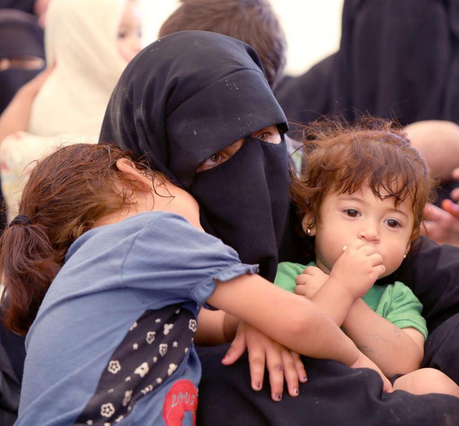 Syyrian Al-Holin leirillä elää lähes 74000 ihmistä, joista yli 90 prosenttia on naisia ja lapsia. Asiantuntijoiden mukaan lapset ovat hengenvaarassa ja heidän pelastamisellaan alkaa olla kiire. Leirillä lapsia uhkaavat taudit, aliravitsemus, sairaudet ja levottomuudet. Kuva on arkistokuva.