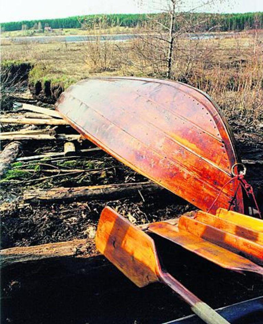 Puuveneen vuosihuollossa tarvitaan tervaa, ohennetta, pensseli, harja sekä sikli tai teräsharja pikeentymien kaapimiseen.