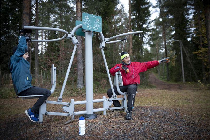 Rantakylän liikuntakeskuksessa maanantaina treenanneet Reino Sevon (oik) ja tyttären pojan poika Iiro Niemikorpi eivät susihavainnoista hätkähdä. –En osaa pelätä, mutta koululaisten puolesta tietysti huolettaa, kun he joutuvat kulkemaan pimeässä kouluun, Sevon toteaa. Susihavaintoja on tehty muun muassa Temmesjoen varressa, jossa hukat ovat tallentuneet riistakameraan.