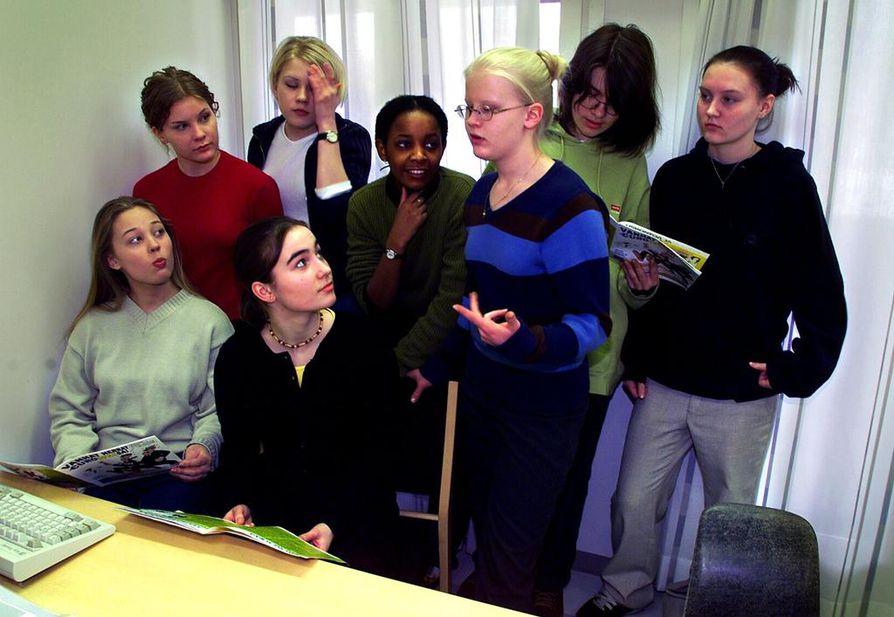 Maikkulan ylästeen 9F:n tytöt tutustuivat euro-oppaaseen kevättalvella 1999, kun Suomi oli juuri liittynyt euromaiden joukkoon.