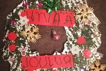 Lukijoiden joulukransseja: 3-vuotias Riku maalasi komean kranssin tiskiharjalla - Iloinen yllätys kotiin saapuvalle äidille