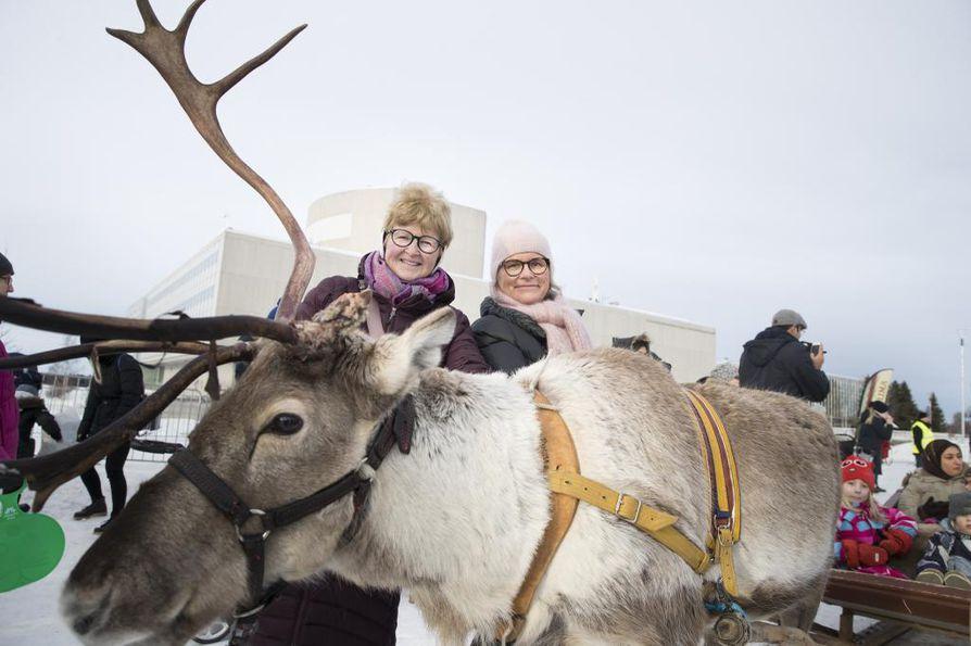 Kanadasta Ouluun sukuloimaan saapunut Tuula Heinonen (vas.) oli yksi Oulun Torinrannassa lauantaina järjestettyihin Porokarnevaaleihin osallistuneista. Vieressä serkku Maria Lindeman.