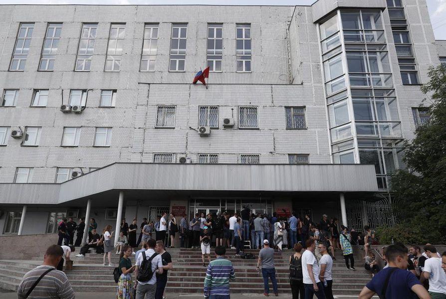 Ivan Golunovin tukijat kerääntyivät Moskovassa viikonloppuna lähellä oikeusrakennusta, jossa toimittajaa kuulusteltiin.
