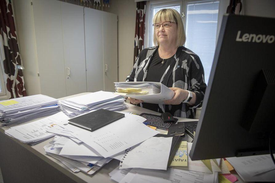 Lumijoella kunnan työntekijöitä ohjataan pitämään ensin käyttämättömät lomansa ja tekemään rästiin jääneet työt. Myös korvaavia työtehtäviä kartoitetaan, kertoo Lumijoen kunnanjohtaja Paula Karsi-Ruokolainen. Arkistokuva.