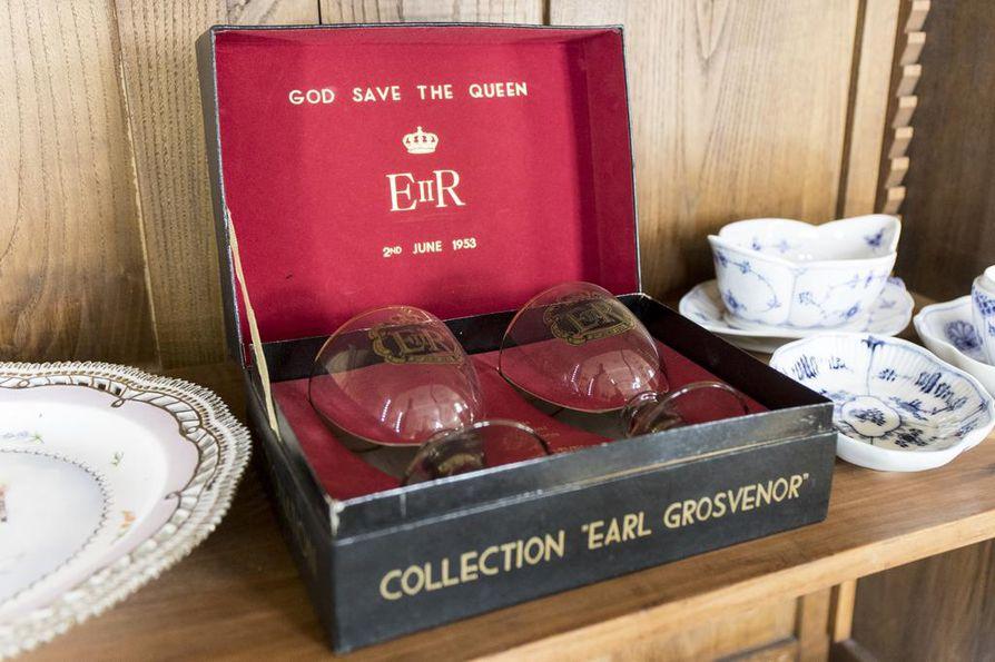 Kuningatar Elisabethin II virkaanastujaisissa diplomaateille annettiin lahjaksi lasit. Kuningattaren lasit ovat Ellalan arvokkaimmat kuninkaalliset esineet.