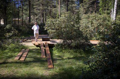"""Tuiranpuistoon on rakenteilla lankkupolku ja alppiruusupuistoa laajennetaan – """"Toivon, että kesällä yhä useampi kaupunkilainen löytäisi puistoon"""""""