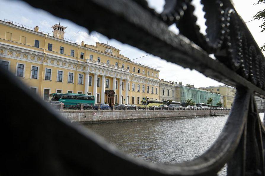 Keisariperheen suosioon päässyt ihmeparantajaksikin väitetty Grigori Rasputin murhattiin Moikan varrella sijaitsevassa Jusupovin palatsissa.