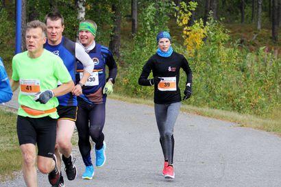 Yli 800 juoksijaa vetäneen Ruskamaratonin miesten ja naisten nopeimmat taivalsivat täysmatkan liki tasatahtiin - Ossi Peltoniemi ja Iida Haataja hyvässä vauhdissa puolimaratonilla