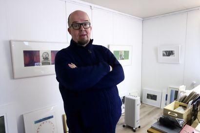 Juha Laakso valmistautuu näyttelyyn, joka voi taas siirtyä