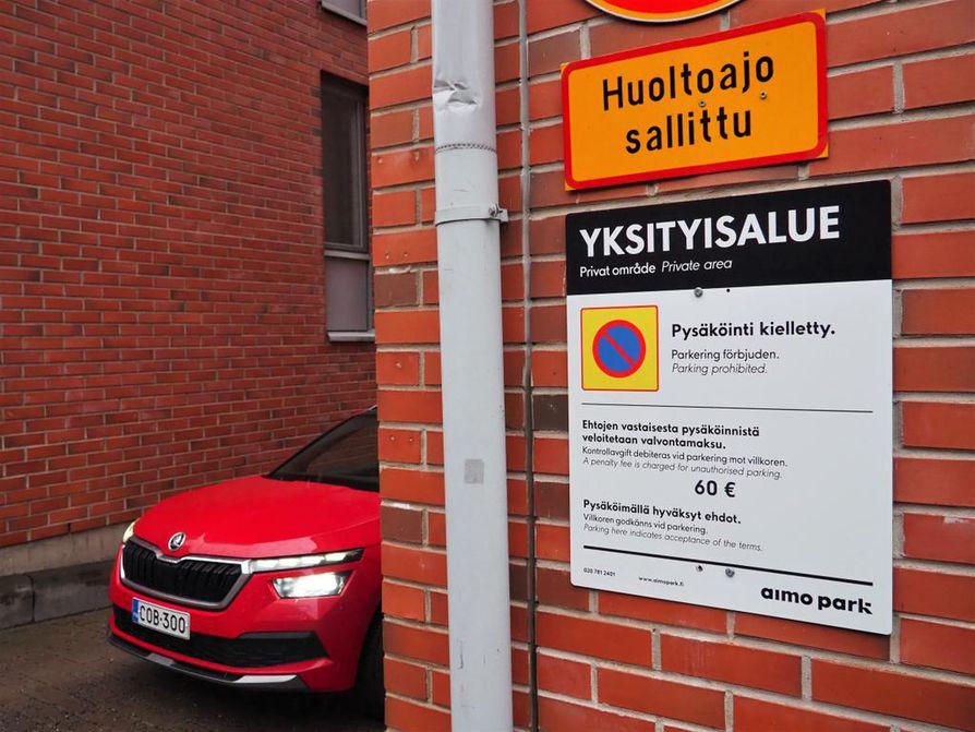 Saako yksityinen pysäköinninvalvontayritys määrätä normaalia pysäköintivirhemaksua vastaavan yksityisoikeudellisen sopimussakon vai ei? Tästä asiasta ovat olleet eri mieltä muun muassa korkein oikeus ja eduskunnan perustuslakivaliokunta. Kuluttajariitatapauksissa sakot on katsottu sinänsä oikeiksi: pysäköimällä alueelle autoilija hyväksyy ehdot ja mahdolliset seurauksetkin.