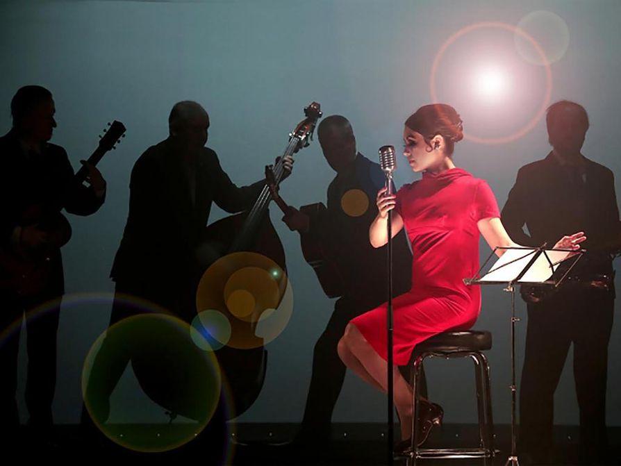 Musiikkinäytelmä laulajalegenda Laila Kinnusen elämästä valmistuu Kajaanin kaupunginteatteriin 21. syyskuuta. Lailan roolissa vuorottelevat Kristina Koivumies ja Maria Palmu (kuvassa).