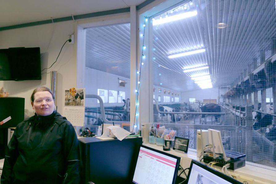 Navetan valvomon tietokonenäytöt ovat arkea nykymaataloudessa. Maanviljelijä Sari Sorvisto nauttii työstään, mutta toivoo alalle parempaa kannattavuutta.