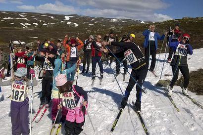 Saanalla sivakoidaan juhlatunnelmissa – juhannuksena on hiihdetty Kilpisjärvellä jo vuodesta 1946 lähtien
