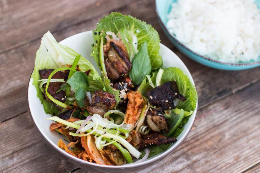 Rooman- ja jäävuorisalaatin risteytykseen eli cosmopolitan-salaatinlehteen kääräistyt possun kylkisiivut on maustettu ssamjang-kastikkeella jossa yhdistyvät korealaisen ruoan perusmausteet, doenjang-soijapaputahna ja gochujang-chilitahna.