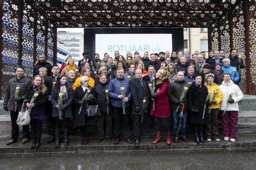 Oulun uudet päättäjät kukitettiin Rotuaarilla maanantaina puoliltapäivin.