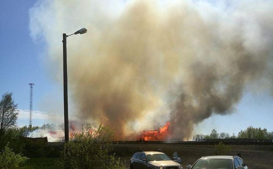 Makasiinin palosta nousi korkeat lieskat ja voimakasta savua.