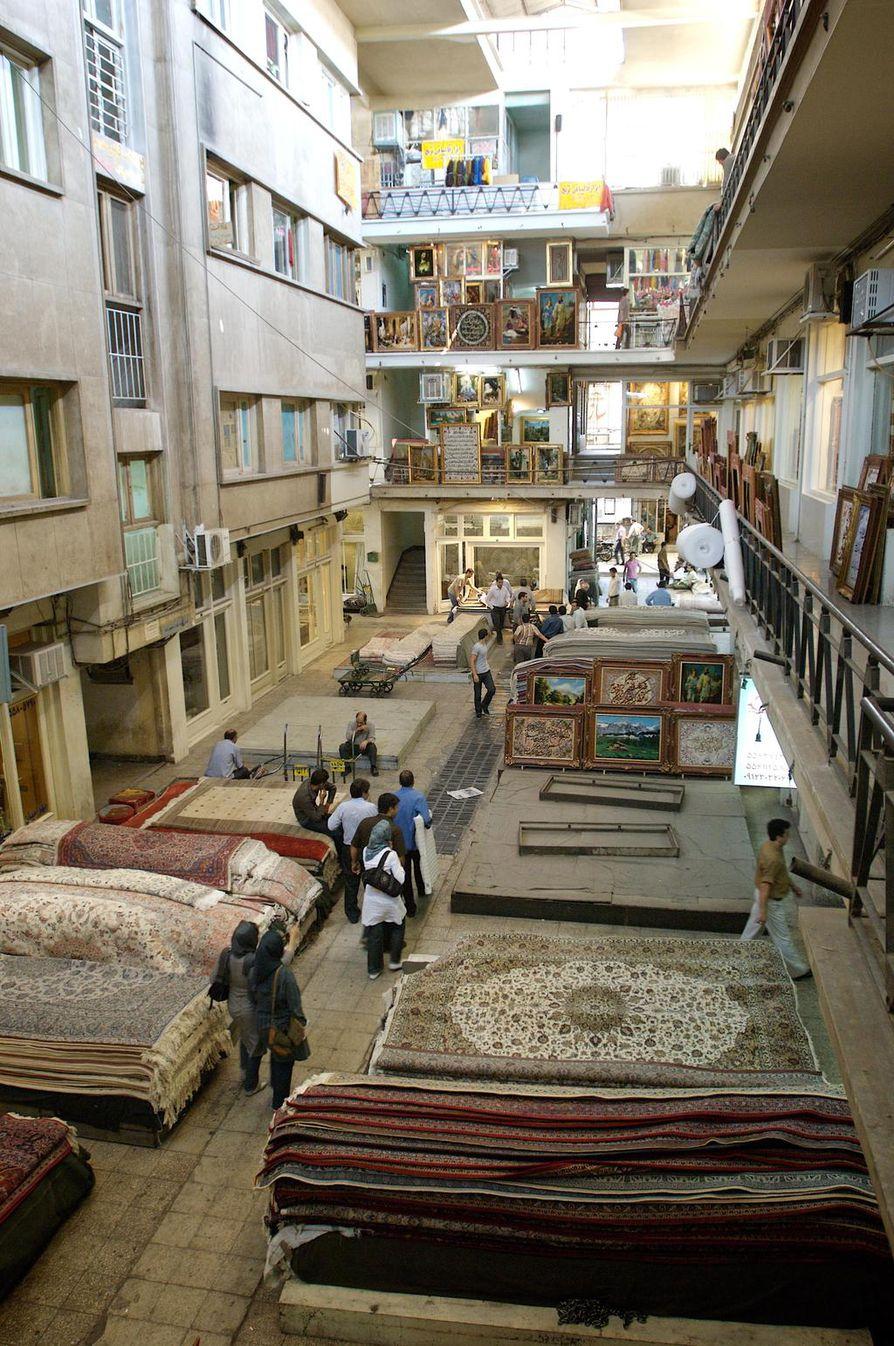 Mattobasaari Teheranissa on täynnä värikästä tarjontaa. Talous on kuitenkin vaikeuksissa, mikä on viime kuukausina raivostuttanut monia. Hallituksen vastaisissa levottomuuksissa on saanut surmansa useita kymmeniä ihmisiä.