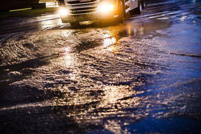 Alkuviikko on sateinen ja lauha – maanantaina voimassa varoituksia: liukastumisriski on huomattava ja onnettomuusriski on kohonnut