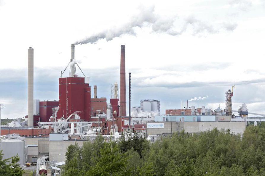 Kuvassa keskellä oleva tiilipiippu on ainoa purettavista rakennuksista, joka näkyy tehdasalueen ulkopuolelle.