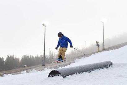 Levillä hypättiin suksille ja laudoille - maailmancup-rinteeseen lumet ensi viikolla