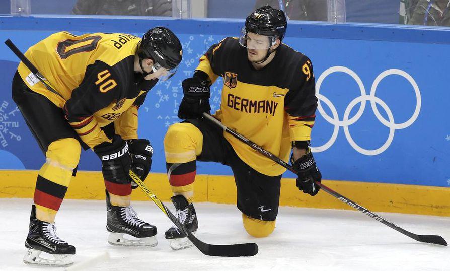 Saksa koki kirvelevän tappion finaalissa. Kuvassa Saksan Björn Krupp ja Moritz Müller.