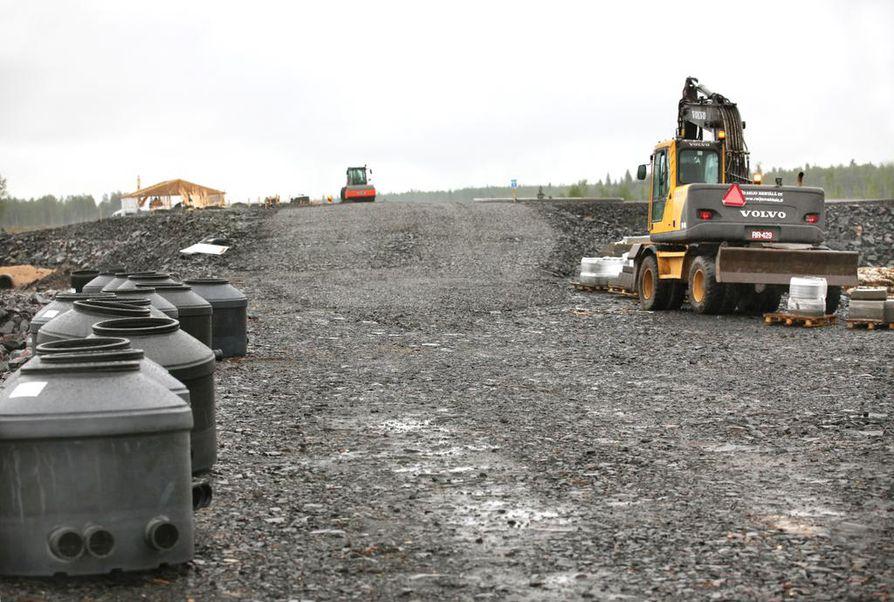 Tällä hetkellä Hanhikiven niemelle rakennetaan uutta yhdystietä.