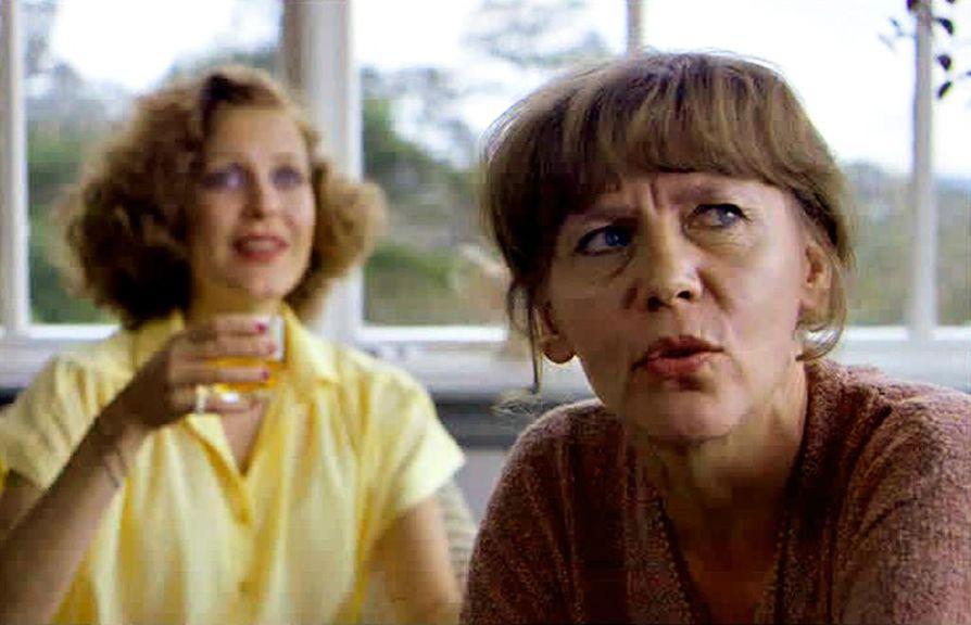 Pirjo ja Liisa (Eeva Eloranta ja Sirkku Grahn) ovat illanvietossa, jossa kaksi avioparia alkaa käydä läpi menneisyyden saavutuksia ja tappioita.