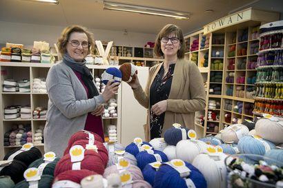 Pakkahuoneenkadun Nappi Kikka siirtyi uusiin näppeihin – islantilaisneuleet pitävät pintansa, mutta myös uusi käsityöhitti tekee tuloaan