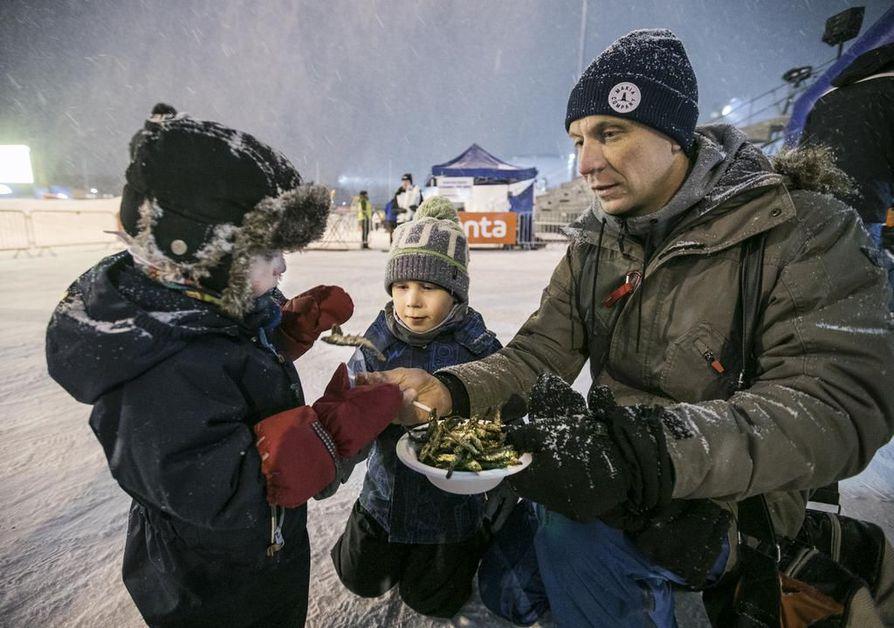 Sisu, 2,5, Akseli, 5 ja Antti Ylipahkala nauttivat kelkkojen lisäksi myös  muikuista.