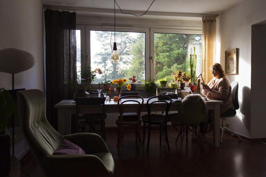 Etätöiden kannalta luksusta on iso pöytä ikkunan vieressä.