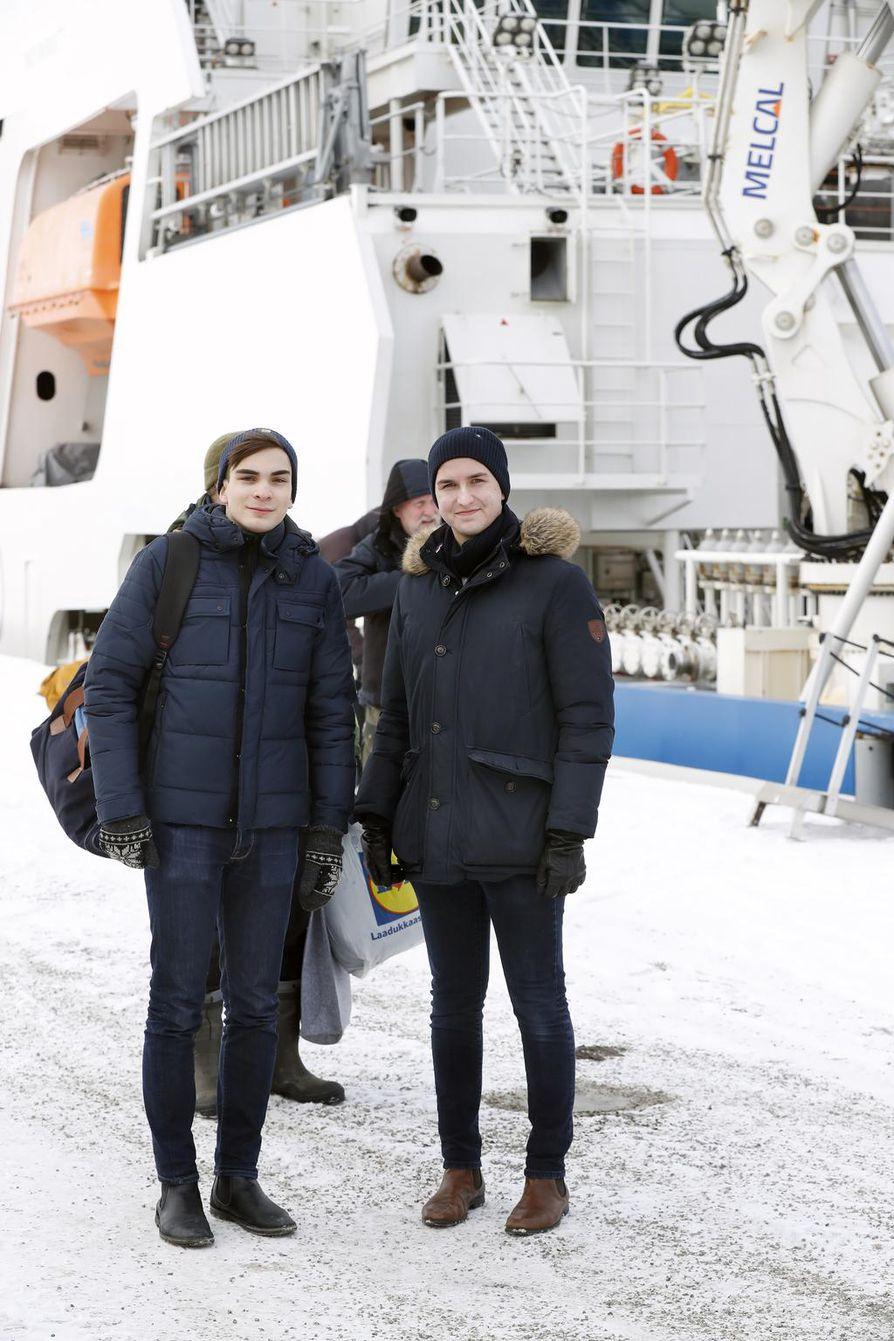 Oulun Nuorten Edustajiston Joona Minkkinen (vas.) ja Mikael Lumme seurasivat harjoitusta aluksen kyydissä. - Oli mielenkiintoista, mutta vilpoista, nuoret kertovat.