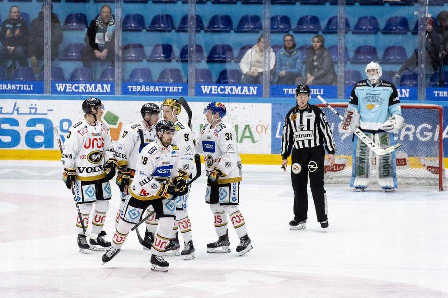 Puolustaja Mikko Niemelä (edessä) päätti Kärppien murskajaiset 0–8-maalillaan. Pelicansin kylvetys oli Niemelälle uran ensimmäinen kahden maalin ottelu.