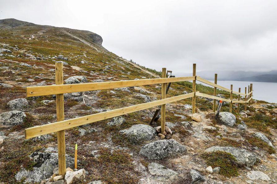 Retkeilijöitä pyritään ohjaamaan vanhalta reitiltä uusille portaille.