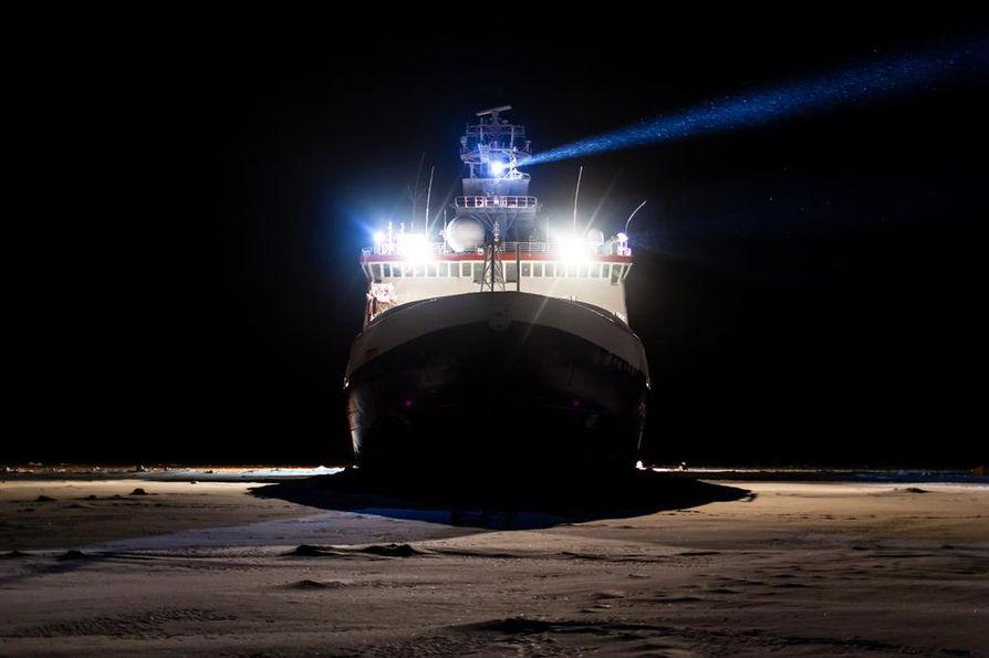 Kun tutkimusjäänmurtaja Polarnstern löytää sopivan jäälautan, se ohjataan kiinni jäähän ja potkurit sammutetaan. Aluksen annetaan puristua kiinni jäihin ja sen odotetaan seilaavan jäälauttojen mukana kohti pohjoista tutkijat mukanaan.