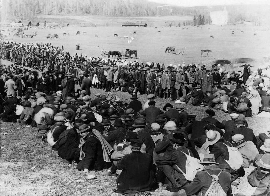 Punavankeja koottiin keväällä 1918 Lahdessa Fellmanin pellolle ennen kuin heitä alettiin siirtää Hennalan vankileirille. Vankien joukossa oli myös naisia ja lapsia. Fellmanin pellolla arvellaan olleen jopa 30000 punavankia.