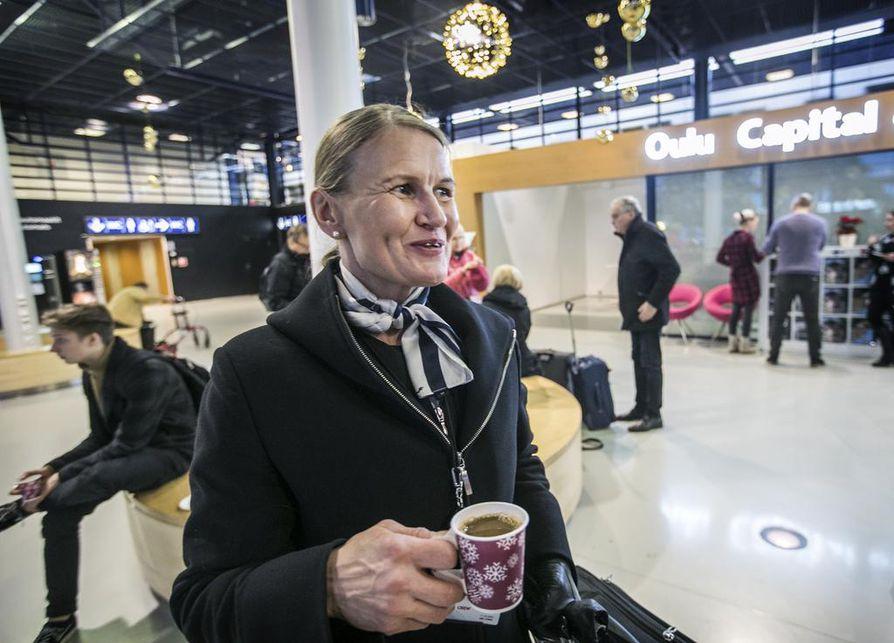 Lentokoneessa kysellään satunnaisesti Oulun bussiyhteyksiä, lentoemäntä Tuula Jokinen sanoo.