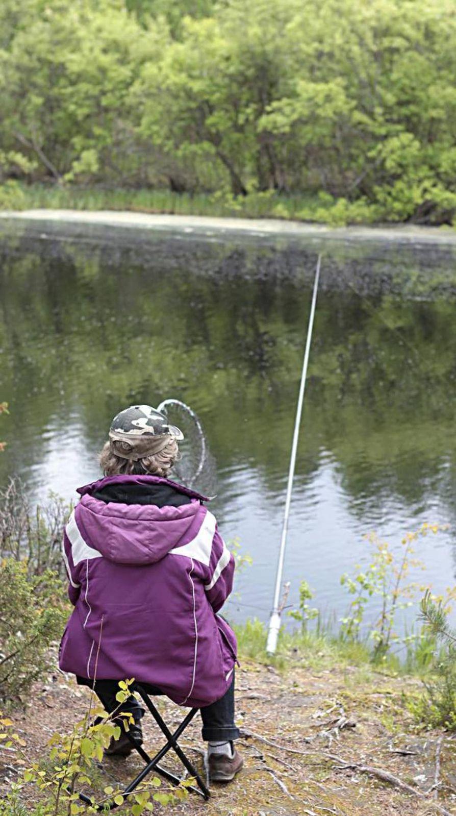 Sanginjoen Lemmenpolulta ongitaan istutettua kalaa.