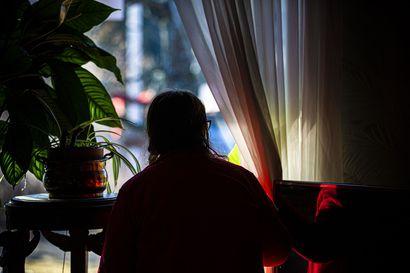 Hän joutui katsomaan vierestä, miten kommandomiehet iskivät kotipihaan – poliisi ratsasi raahelaisen pariskunnan varastot