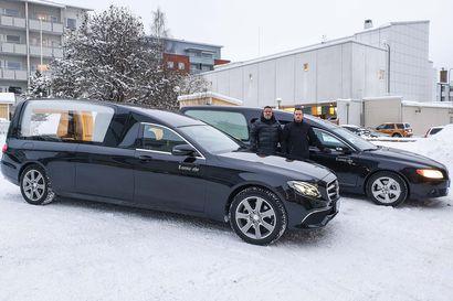 Hautauspalvelu Luoma-ahon saattueautot kunnioittavat sekä omaisia että vainajaa