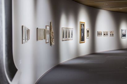 Holokausti juutalaisen valokuvaajan silmin – Yhdysvaltalais-lappilaisen Michael Marnin Jacobsin näyttely vie kuolemankujalle Treblinkaan