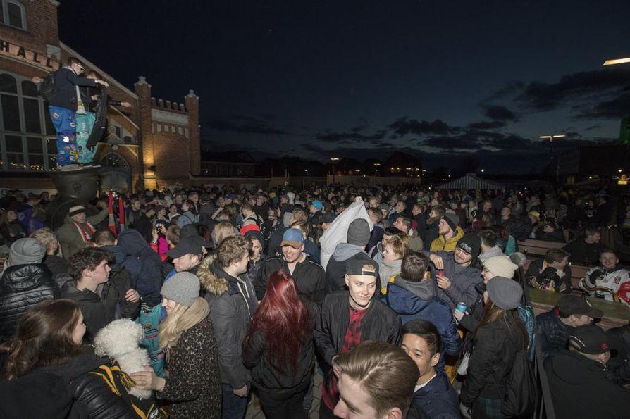Kärppä-fanit juhlivat läpi yön.