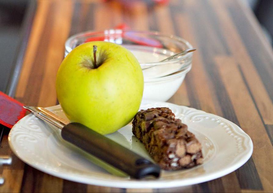 Pelkkä patukka, jogurtti tai hedelmä ei yksin riitä välipalaksi. Yhdistelemällä niistä saa hyviä välipaloja.