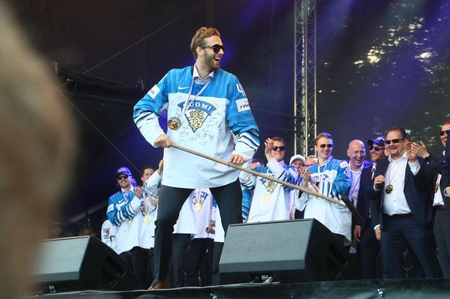 Puolustaja Petteri Lindbohm villitsi saapumalla harjan kanssa lavalle.