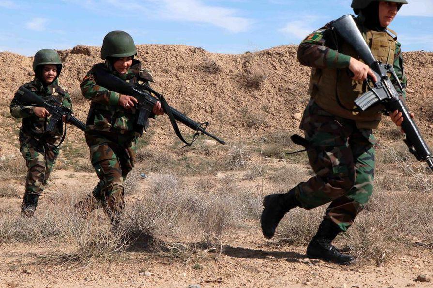 Afganistanilaiset naissotilaat osallistuivat sotaharjoitukseen Heratissa viime maanantaina. Taliban ja Yhdysvallat aikovat allekirjoittaa sopimuksen karkauspäivänä 29. helmikuuta.
