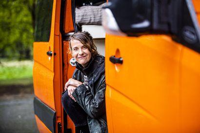 Edellisessä elämässä uutisankkurilla oli unelmien työpaikka ja omistusasunto – Kittilän Kaukosessa varttunut Aino Huilaja päätti irtisanoutua, muuttaa pakettiautoon ja vähentää somessa roikkumista