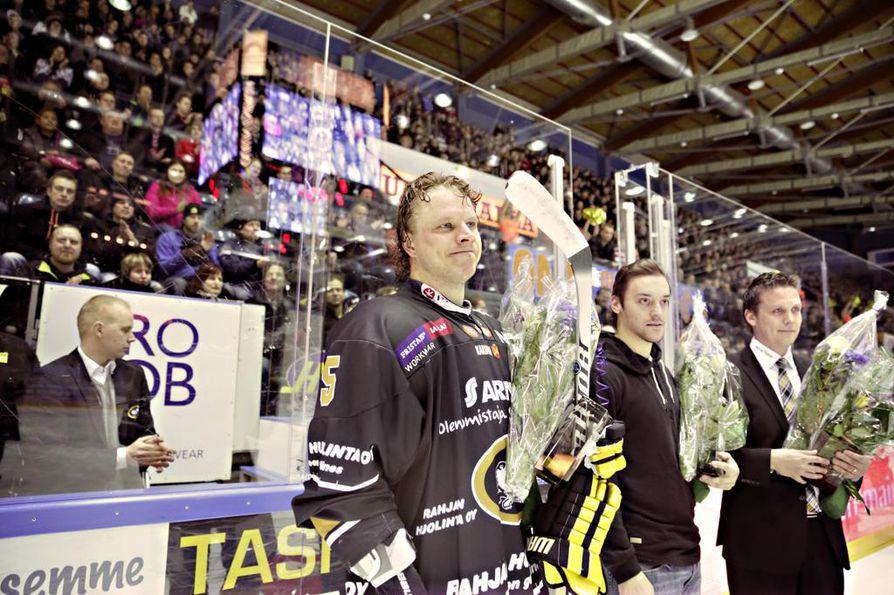 Oulun Kärppien seurajohto palkitsi Sotshin olympialaisissa pronssia saavuttaneet Lasse Kukkosen, Juhamatti Aaltosen ja Lauri Marjamäen ennen Kärppien ja Bluesin tämäniltaista Liiga-ottelua.