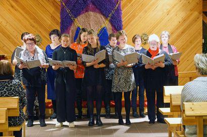 Sarakylän kappelikuoro juhli 20 vuotta– miesäänet puuttuvat mutta nuoria, kirkkaita ääniä on saatu mukaan laulamaan
