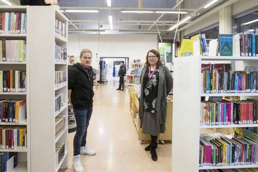 Nuoriso-ohjaaja Juho Ahtonen ja alueellinen kirjastopalvelupäällikkö Kirsi Kasto luottavat, että yhteistyö sujuu hyvin väliaikaistiloissa. Nuokkarin ja kirjaston seuraava yhdessä järjestämä tapahtuma on jo lauantaina.