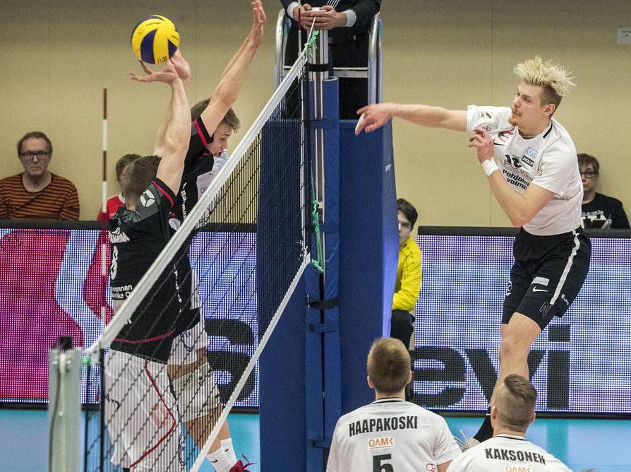 Ettalla ja Joonas Jokelalla (oik.) oli hetkensä neljännessä loppuottelussa, mutta VaLePa vei Suomen mestaruuden.
