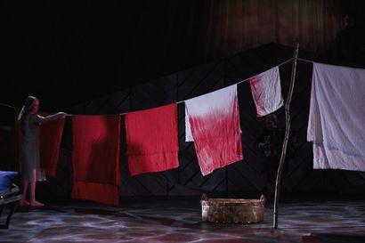 Teatteriarvio: Niskavuoren Heta on hyytävä jyrä ja kivussa keitetty nainen